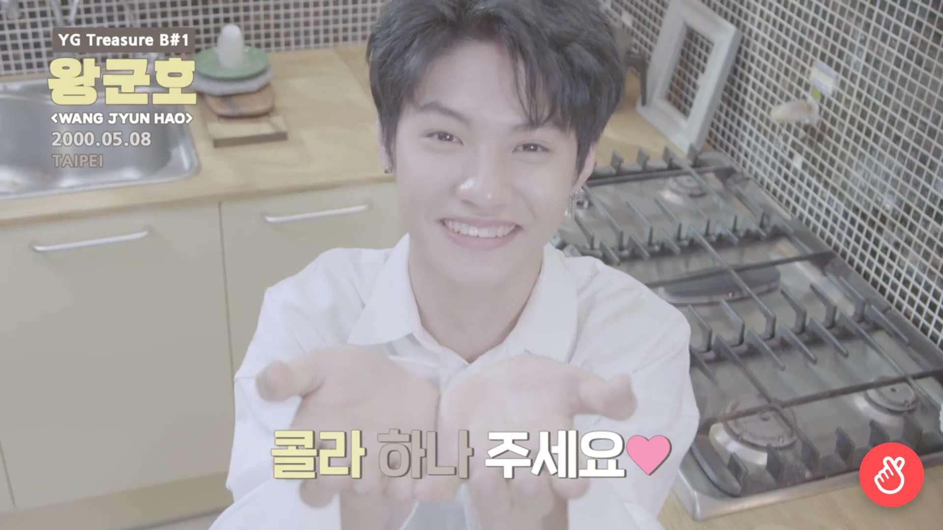 他也害羞的說了覺得韓文真的好難啊!而因為自己喜歡喝可樂,最喜歡的韓文就是'콜라 하나 주세요'(請給我一瓶可樂),真的是太可愛啦!