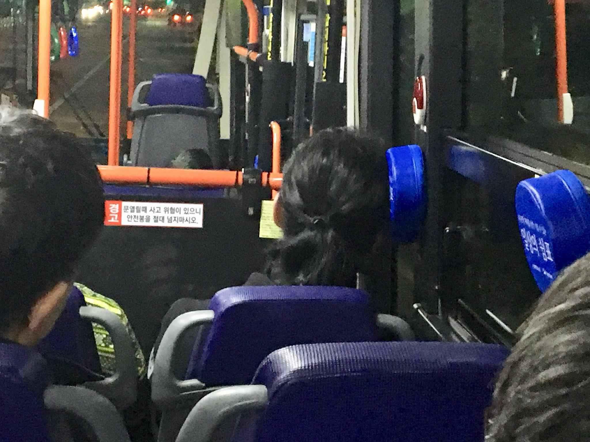 這些「逗號枕頭」位在靠窗的位置,讓回家的路上市民們可以靠在枕頭上稍做休息,製造了舒適的通勤環境