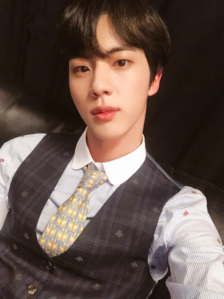 NO.1 - 防彈少年團 Jin 選定理由:實際見到本人的臉真的很小、眼睛大、皮膚超好、個子高、比例完美,這還是人類嗎ㅋㅋㅋ