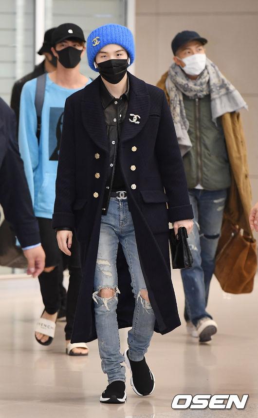 Suga本身自帶SWAG感,私底下的穿搭也非常帥氣,摩登少女最喜歡她利用雙外套的搭配方式,裡面穿一件短版皮革外套,再配上一件長版英倫風大衣,多層次的搭配看起來非常有特色。而整體的穿搭重點放在大大的小香LOGO上,不知道最近小香是不是銷售額暴增了呢XDD