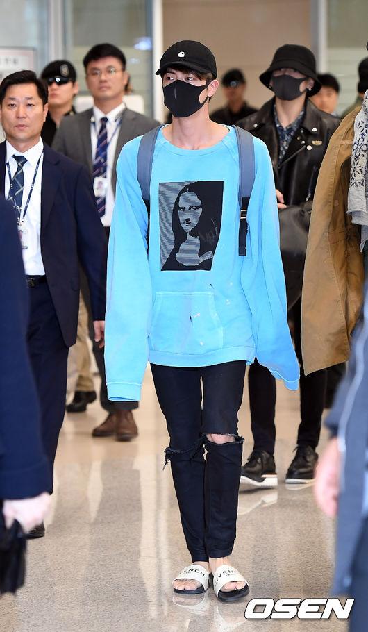 Jin的穿搭通常都比較休閒而且好模仿,平常都會利用一件簡單的上衣,搭上特殊色,作為整體穿搭的重點,另外下身則是選擇一件簡單的破褲即可。