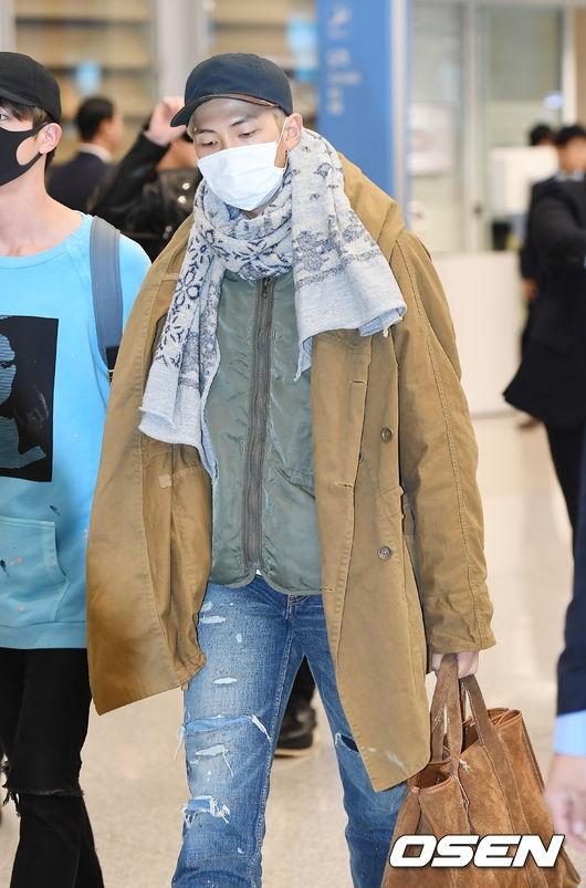 身為防彈裡的時尚潮人,RM也是利用多層次的穿搭方式為主,裡面選擇件被心,搭配外面的風衣,另外再配上一條圍巾,雖然顏色都比較簡約,但隱約能夠看得出他自己的時尚風格呢!