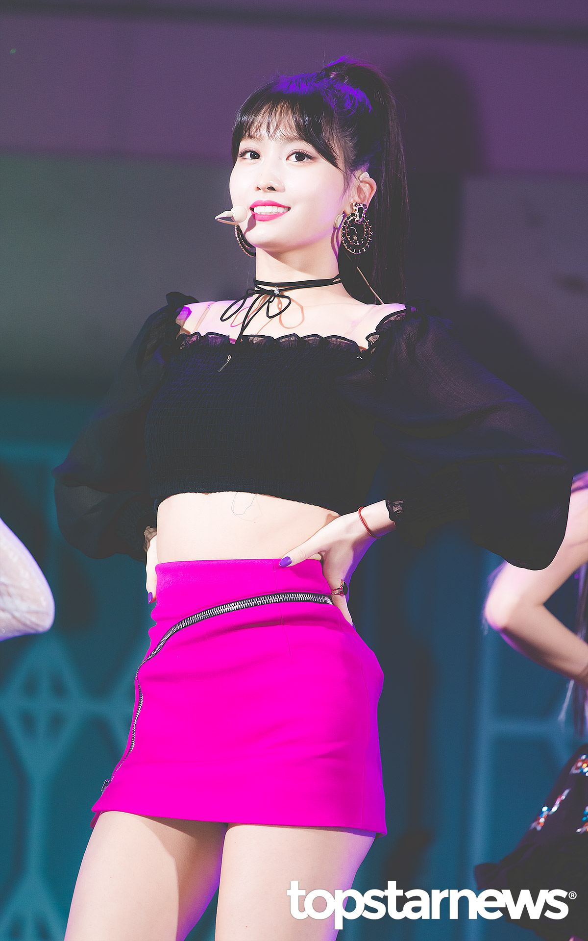 Momo最厲害的地方就是在於她的身材線條,尤其腹肌超驚人,自然舞台裝也會以這個當作是優點啦!利用短版露肩上衣搭配紫紅色的短裙,果然是最能夠展現她美麗身短的好搭配。