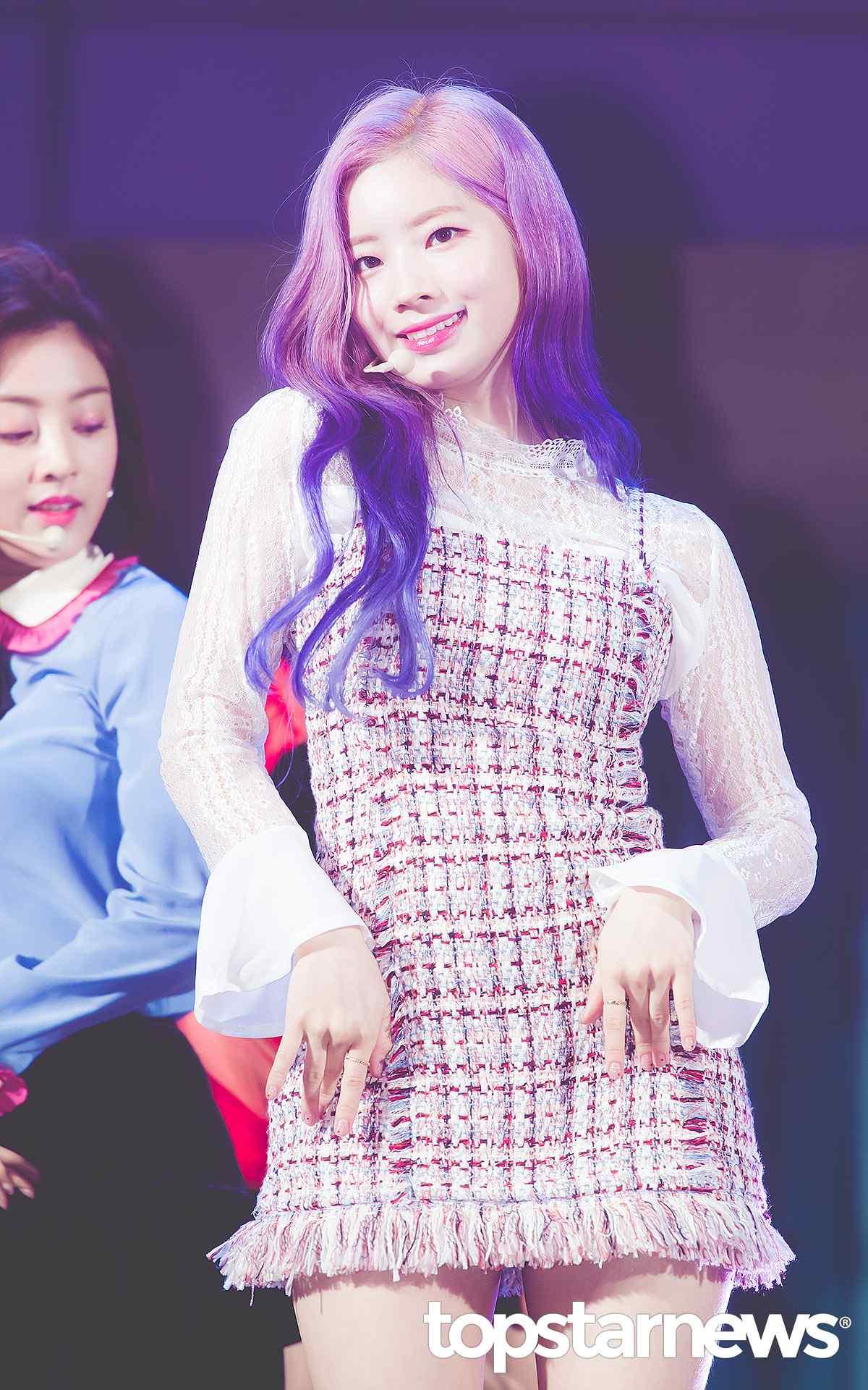多賢則是利用蕾絲上衣搭配小香風的連身裙,整體非常有氣質,配上紫色的漸層髮,反而有種混血兒氣息,正好配上多賢白皙的肌膚,剛好能夠襯托出她的美貌。