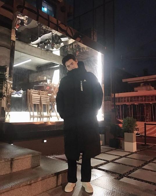 到達韓國後,李鍾碩的表情感覺到放鬆了許多,一路上更是勾著保鑣的手。很多粉絲看到照片時都說「有平安回來就好!」