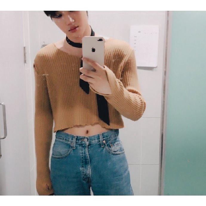 最後一位就是EXO成員KAI啦!曾在自己的Instagram上傳一張穿著露肚臍短上衣的照片,這是KAI在巡迴演唱會的服裝之一,許多粉絲看了表演之後紛紛大讚KAI非常性感,大家可以想像那個畫面嗎ㅋㅋㅋ