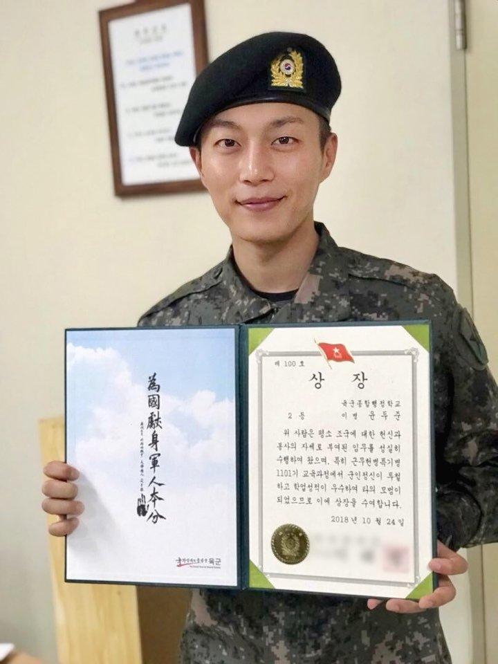 斗俊在上個月24日,以優秀的成績結束了教育訓練,現在則是在江原道麟蹄郡的憲兵隊中服兵役。