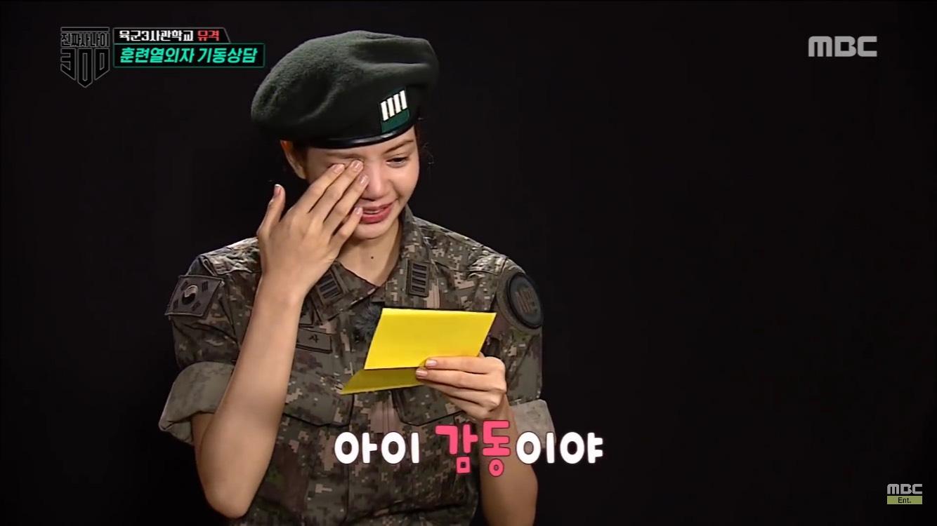 信的內容除了為Lisa加油外,還附上了兩人的合照呢!讀完Jisoo的應援信,Lisa完全大受感動痛哭流涕呀இдஇ(不要哭~)