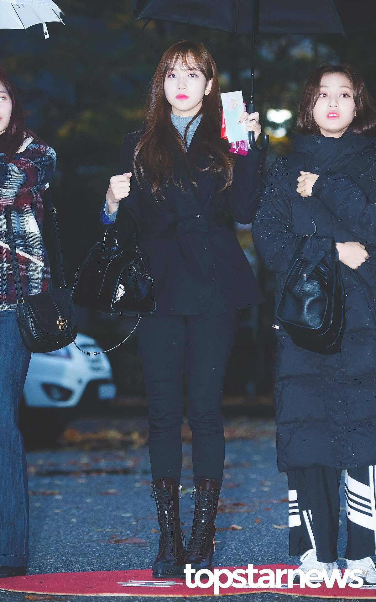 Mina的私服大多都是很有氣質的類型,可能帶有一點帥氣簡約感,像是這套全黑的穿搭,利用一件綁帶鄉務ㄤ外套和黑色長褲,搭配一雙軍靴,有幹練的女強人氣息,整體非常有質感。