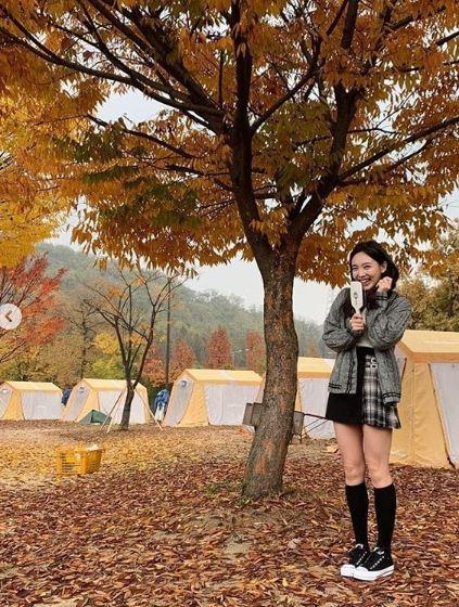 最後是娜璉啦!利用針織外套搭配短裙,這可是韓妞們最喜歡的穿搭呢!但是都已經秋冬了,怕冷的女孩記得配上一雙長筒襪還能夠修飾腿型喔!