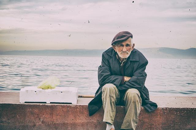 大家都知道韓國是非常講究輩份的國家,連說話都會因為對象不同而有不同用法。但這樣的尊重之下,仍暗藏許多人對老人的不滿,近日就有網友發文,講述了近來他對老人感到不滿的點,光是看到老人就覺得很煩