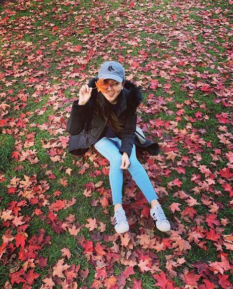 跟楓葉拍照,最幫的方法也是遮臉阿!若拍得更近一點,可以看出楓葉的形狀,灑落滿地的楓葉,有種被包圍的感覺,若躺在地上拍,也會非常好看。