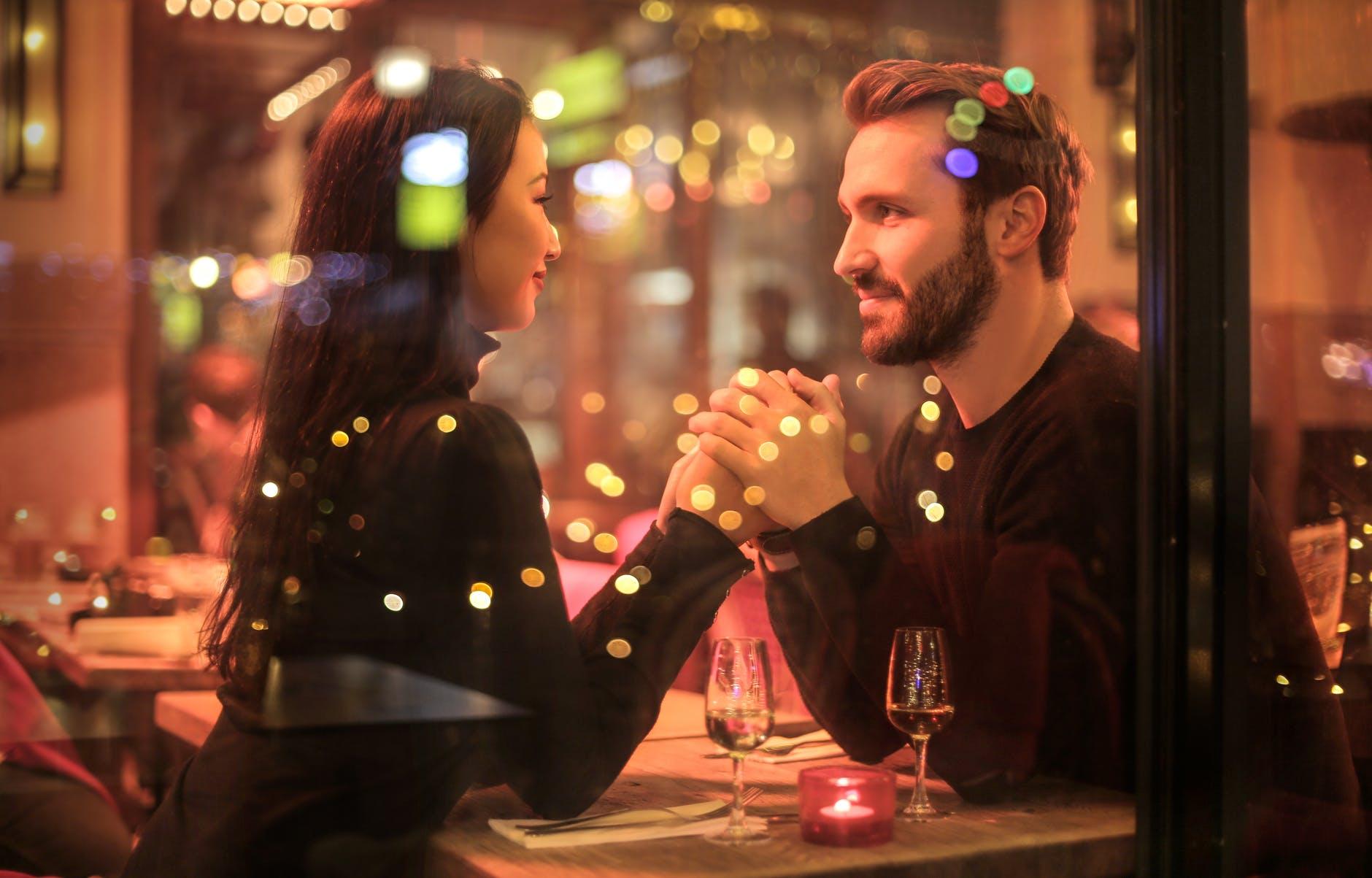 原來是有 「愛情特效藥」之稱的「催產素」分泌量減少的關係。 9日國際學術誌 「社會神經科學學會」刊登的論文中指出, 當分泌催產素時,與陌生人有效溝通的比率將提高30%, 在神經細胞作用下的催產素,有助於降低緊張感, 同時活化會帶來幸福感的 「血清素」