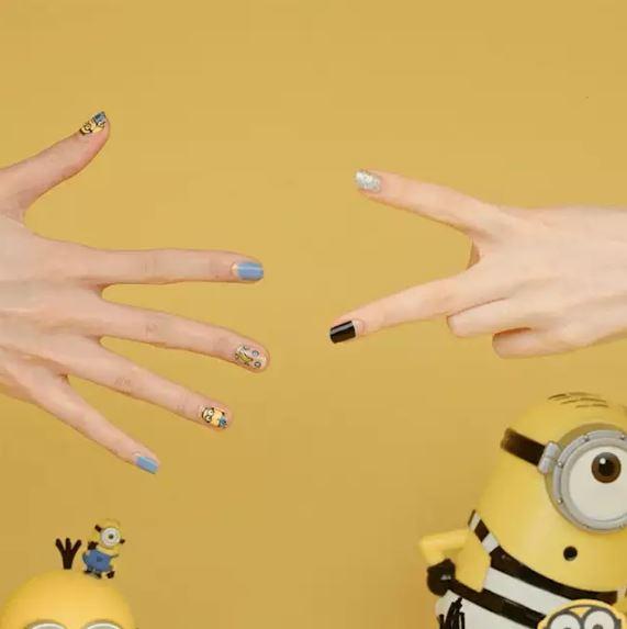 小兵粉們有福了!就算不去nail shop也能把小小兵們請到妳的指尖上啦~Dashing Diva的指甲貼讓你輕輕鬆鬆完成20根指頭的Minions look!(沒錯就是連腳趾都可以)一起來看看有哪些款式吧~~~