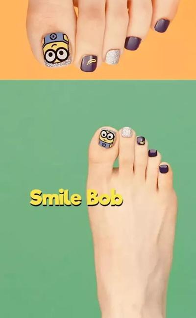 Smile Bob(腳趾甲貼)  不只手,腳也可以!難道秋冬就不用關心腳指甲了嗎?nonono,就算不張揚,自己看了也開心啊~把大大的Bob貼在大拇指的瞬間,跟他四眼相對,整個人就被奴化啦~那個小小的香蕉也一直吸我的眼球,只有一個萌字可以形容了啊!