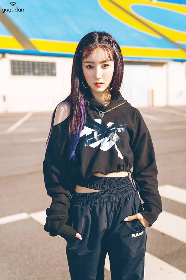 近幾年挑染風潮再起,像是Hana也是利用黑髮與藍紫色的造型為主,雖然整體髮色不算淺,但是利用特殊色做挑染,反而能在黑暗中找到一絲光明,這種挑染法也適合比較低調的女生。