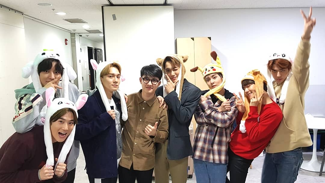 當天的簽售會成員們還特地戴著「兔耳朵」,因為EXO的簽售會不收禮物,他們也知道粉絲們非常想看到他們戴,就自己準備了,真的是非常貼心啊!