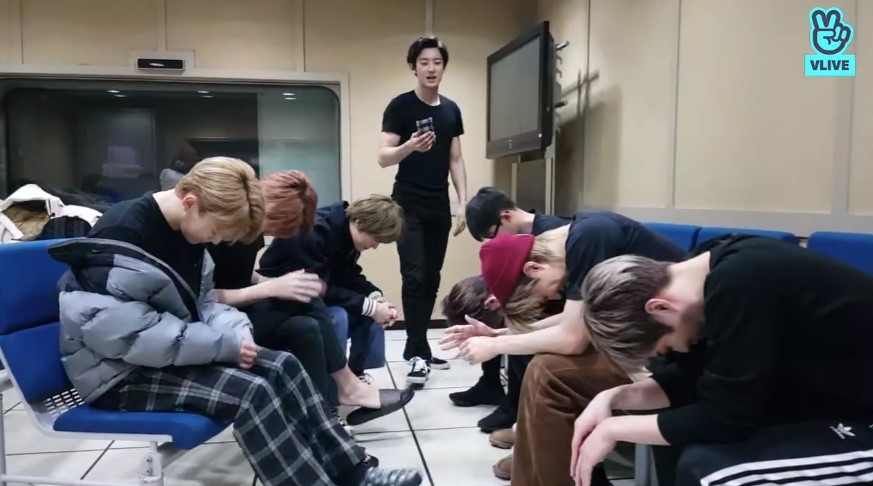 EXO除了在直播上與粉絲聊天外,也在直播中大玩「黑手黨」遊戲,但其中的這幕卻被網友們截圖討論紛紛,原來是跟MV畫面有那麼似曾相似的感覺
