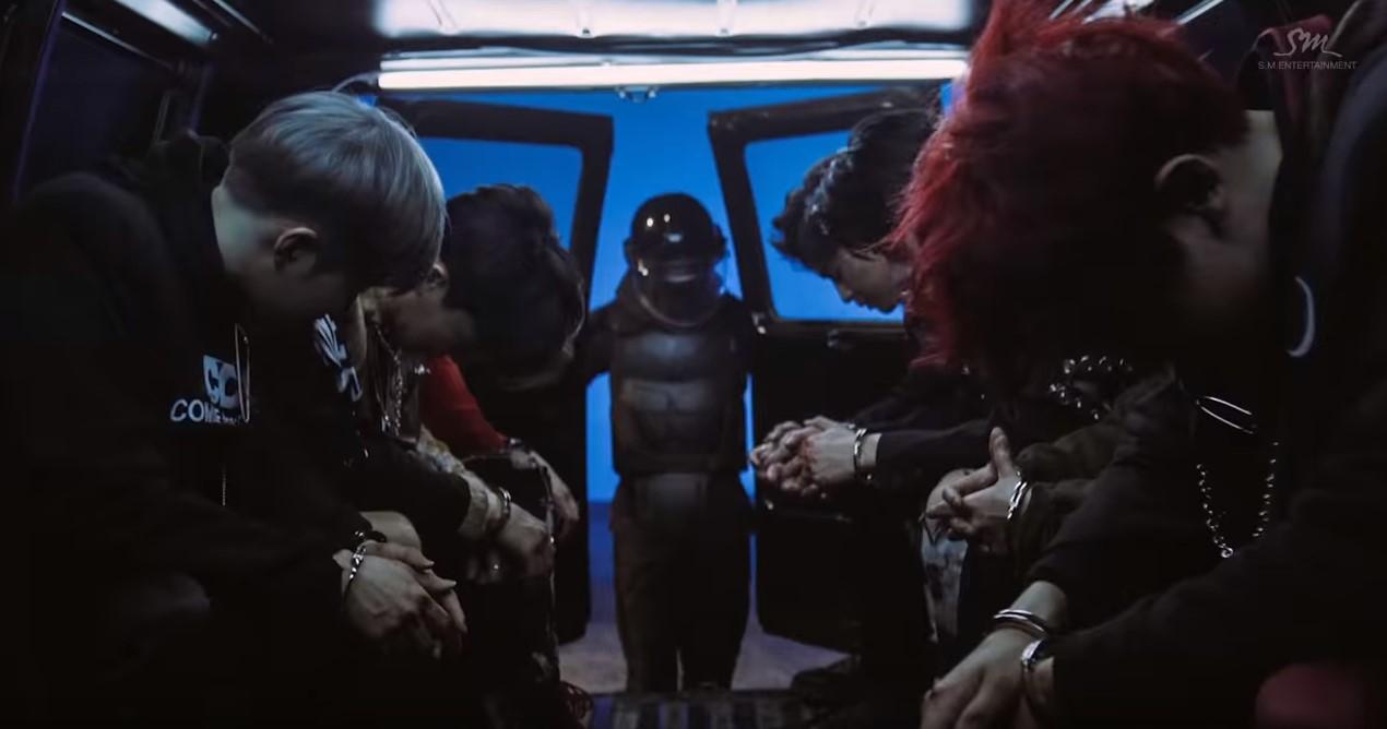 而相似的MV便是2016年發行的正規3輯《EX'ACT》中主打歌<Monster>的畫面,成員們在車中頭低著的畫面與在直播中玩遊戲的畫面超雷同,也讓網友有種「MV與現實的反差」的感覺
