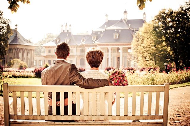 實驗結果研究組根據催產素影響社會交流與密集相關聯的事實,進一步的研究指出催產素可協助「已婚男與異性誘惑對象保持距離」。