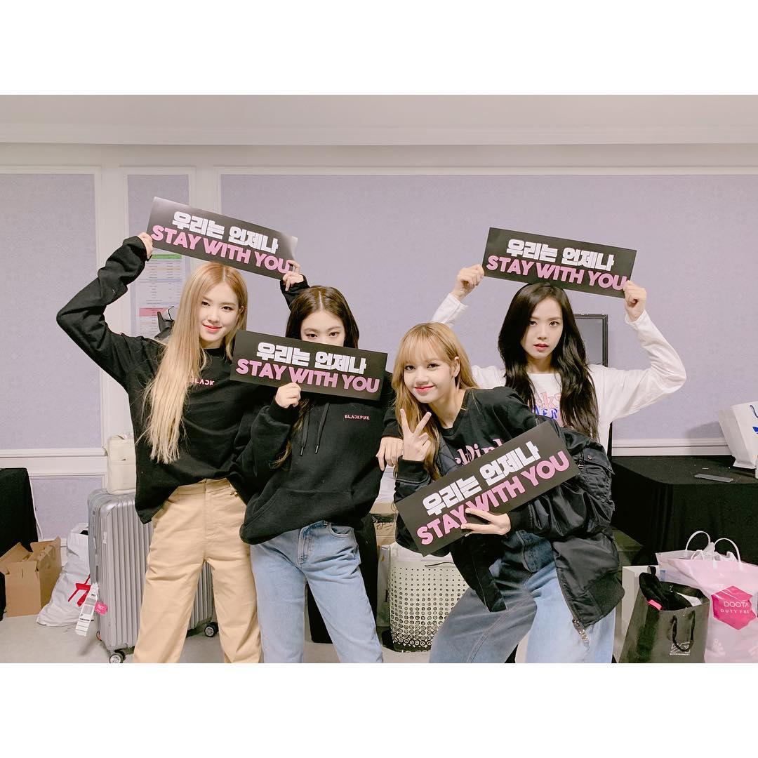 BLACKPINK在今年開始陸續舉行日本巡迴演唱會及專場大型演唱會,本月10、11日才結束在韓國的專場演唱會,這也是BLACKPINK出道後首次舉辦的大型單獨演唱會,對BLACKPINK和粉絲來說都意義不凡,而成為第一位solo的BLACKPINK成員Jennie甚至在演唱會上激動得流下眼淚,四人並坐的場面非常溫馨。