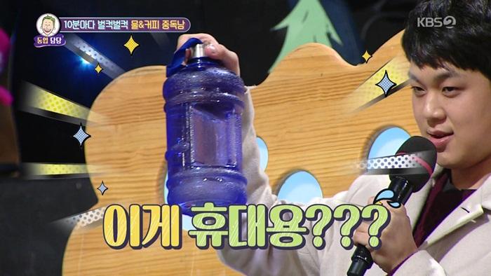 女生表示:「朋友每隔10分鐘就要喝水,每天都至少要喝6~8升,咖啡一次性要喝8罐,還要再加上4杯現做的濃縮咖啡。而且朋友喝水時就像電影《鐵線蟲入侵》裡被感染的人一樣,每天瘋狂地灌水。並且還會隨身攜帶一個2L的大水瓶,隨時隨地裝水喝。」