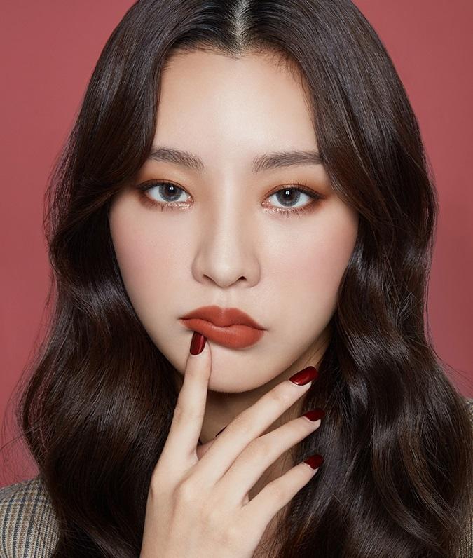 其中最深得偽少女心的就是這款棕紅色的BE119,不管單擦還是配色都能夠呈現出穩重的妝容,看起來也會比較成熟些。