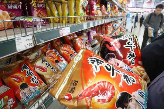 韓國食品的價格最近不斷上漲,繼牛奶、點心、麵包及泡麵等調整供貨價格後,尚未調整價格的其他食品企業都紛紛表示受物價上漲的因素,也可能會調整價格。