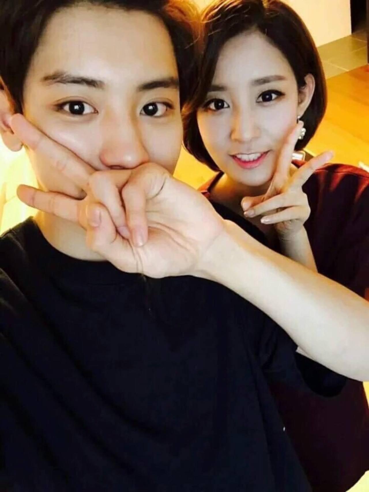 從EXO出道大家都知道燦烈有一位姊姊宥拉,後來還被說是「姊控」,對姊姊超級好的他,曾在節目上被爆料「燦烈為了保護當主播的姊姊,只要有空的話都會去接姊姊上下班」,姊弟倆的感情真的很好啊!