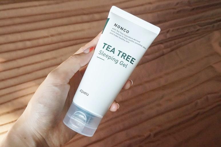 #A'PIEU 茶樹精華晚安凝露:最後就是這款晚安凝露,凝膠的冰涼觸感再加上滿滿的茶樹精華,有優秀的鎮靜及清潔效果,溫柔擁抱因忙碌的日常生活而疲憊的肌膚。即使睡眠期間也能輕柔地鎮靜安撫變得敏感的肌膚,在肌膚表面形成一層水分保護膜,讓肌膚在睡眠期間也不會乾燥,敏感肌也能健康地呵護肌膚。