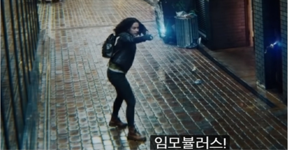 在影片中,一個女人用魔杖接到魁地奇,再指著牆上。