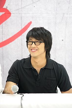 南宮珉在剛出道時,因為外貌神似與裴勇俊而成為話題,甚至連日本的電視台和雜誌社都向他提出了採訪邀請。後來是因為某個PD的建議,他才拿下眼鏡,找到屬於自己的個人色彩。