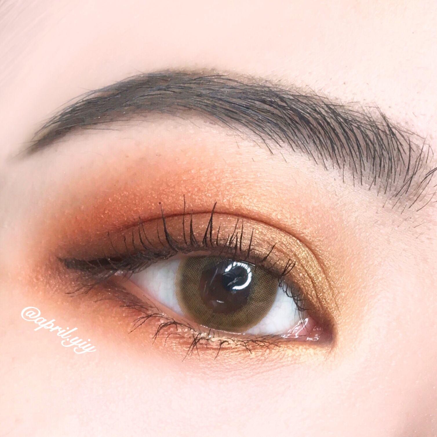 基本的底妝和眉毛都上好之後,進入到眼妝的部分。楓葉色主打的色系就是橘紅、紅棕以及暖黃色。