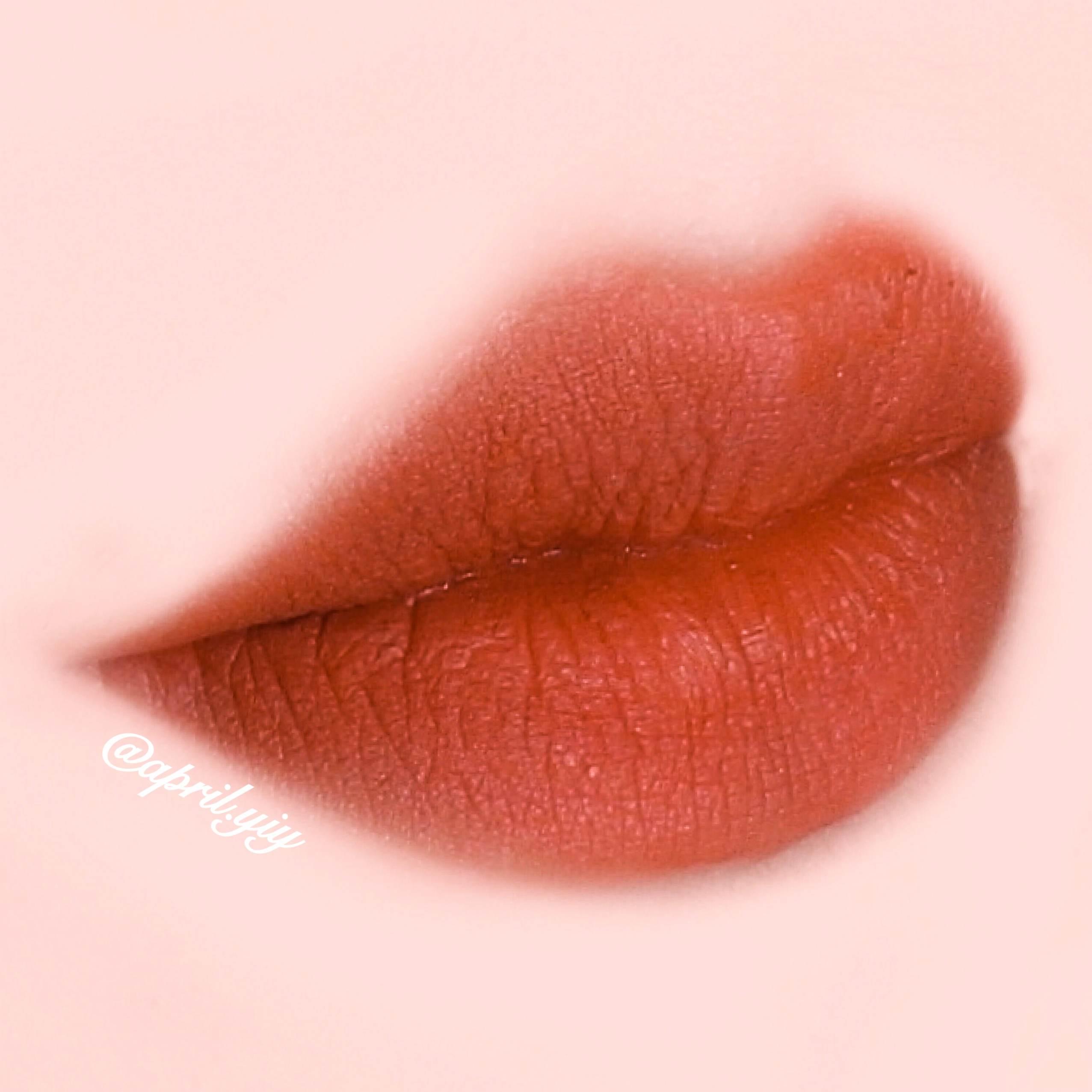 唇色的選擇部分選擇霧面的橘紅色系。
