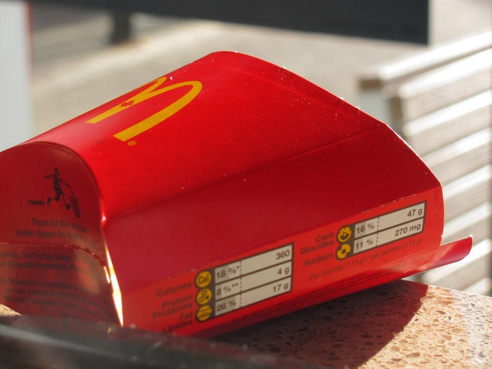 這件事之所以爆發是因為當天,金某開著進口車於本月11日在蔚山北區麥當勞的得來速消費,收到點的食品後與某工讀生交談了幾句,卻突然向該工讀生扔了裝有食物的紙袋,然後直接離開了。