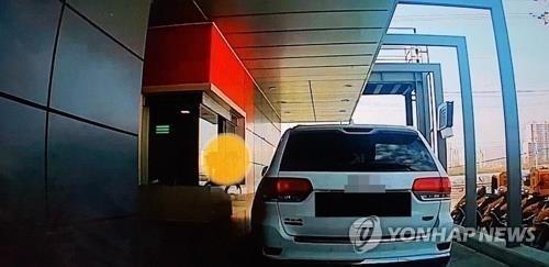 兩天後,停在後方車輛的司機在某汽車論壇「寶貝夢」上傳了當時金某被行車記錄器拍到的影片,及「被食物扔的工讀生哭了」的文章。看到該影片的網友們紛紛對金某感到憤怒不已。
