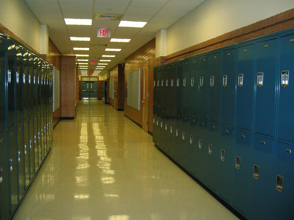 有位網友A分享自己的經驗。A在國小時,只要一下課後到走廊時,有個男生B總會向他開玩笑,但他開的玩笑足以讓人懷疑他是不是很討厭A。