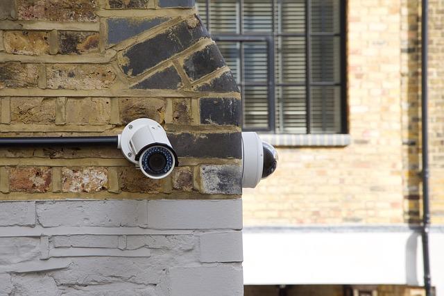 樸某急忙地確認了咖啡店裡的CCTV,隨後立即向警方報案。調閱監視器畫面後發現,坐在旁邊的一名中年男性趁兩人不在的空檔,偷偷把她們的包包抱在懷裡,然後若無其事地從咖啡店溜了出去。