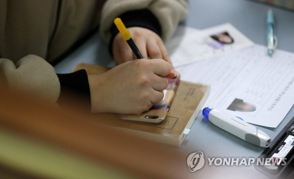 一位女網友16日在推特上公開了媽媽送的高考禮物。 他說:「媽媽從高考剩下100天的那天開始,每天都在存摺裡存入1萬韓元。我看到存摺後眼淚不知不覺地掉了...」