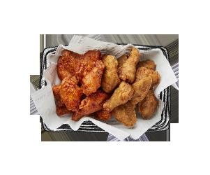 <半半炸雞> 先從大家最熟悉的介紹起,大家一定對這半半炸雞不陌生吧?每到韓國必吃的美食,原味和辣醬的組合根本經典不敗,韓國人本身也非常喜愛。