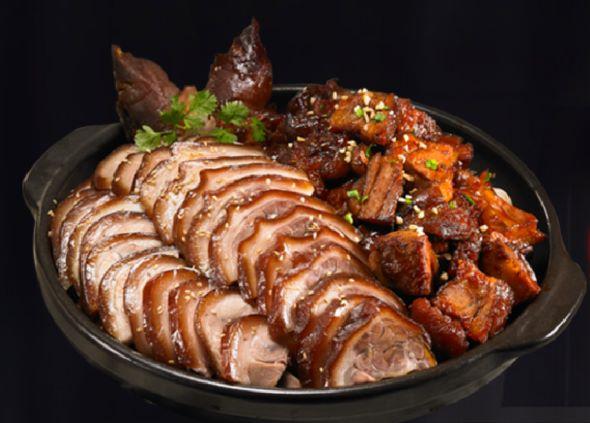 <半半豬腳> 在韓國連豬腳都有半半口味,可以一次吃到原味和辣味兩種。