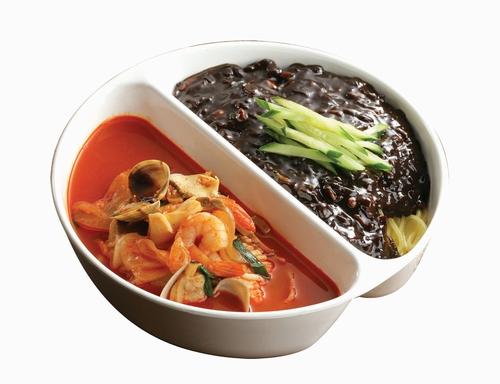 <炒碼+炸醬麵> 超級吸引人的組合,把韓國的中華料理中的兩大主將放在同個碗裡,這...這誰都抗拒不了吧!!