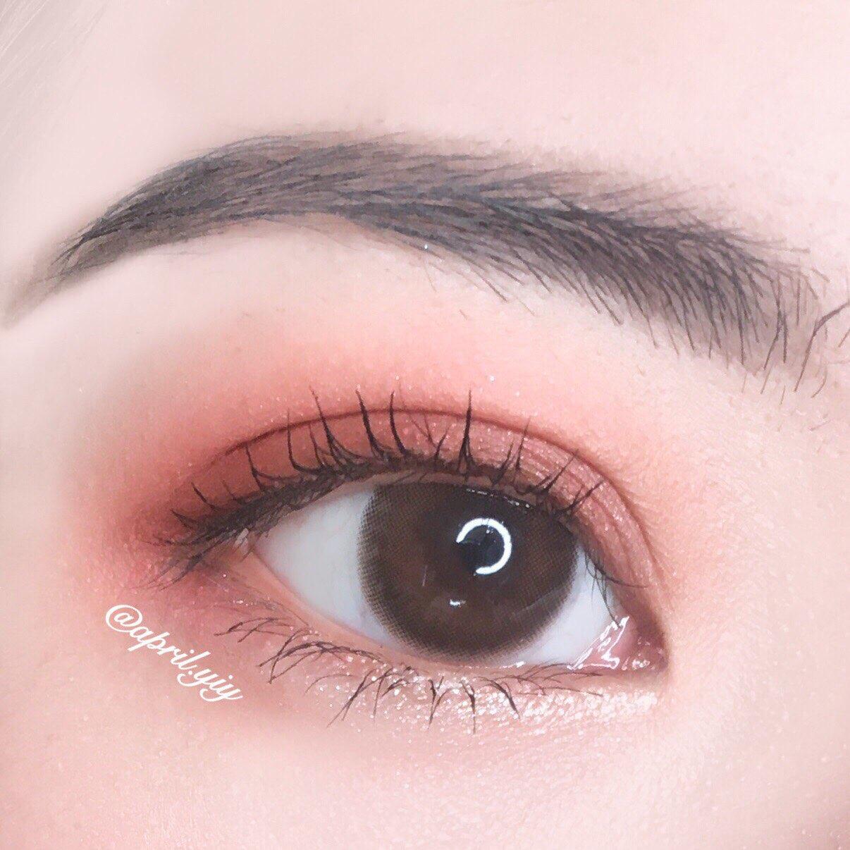 而眼線的部分將睫毛根部的空洞填補起來就可以了,如果想在眼尾拉出眼線,切順者眼形往下拉出的眼線會更加的自然,往上勾起的眼線會顯得比較有個性也比較有距離感,睫毛的部分不需要講求非常濃密,根根分明的感覺會更清新自然。