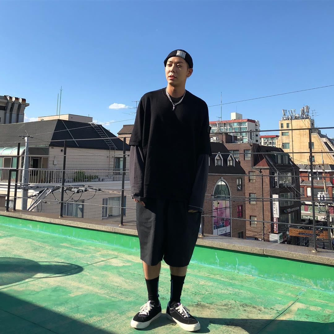 誰說Rapper長得都很兇XD要說最反差的Rapper大概非Loco莫屬了~雖然台上給人霸氣自信的感覺,但其實私下非常軟萌~從穿搭上也可以看出個性,沒有華麗的服飾與飾品,巧妙利用層次的搭配,即使穿著寬鬆衣服身材比例依然超好!這一身暗色系的簡單穿搭實在太好看啦~