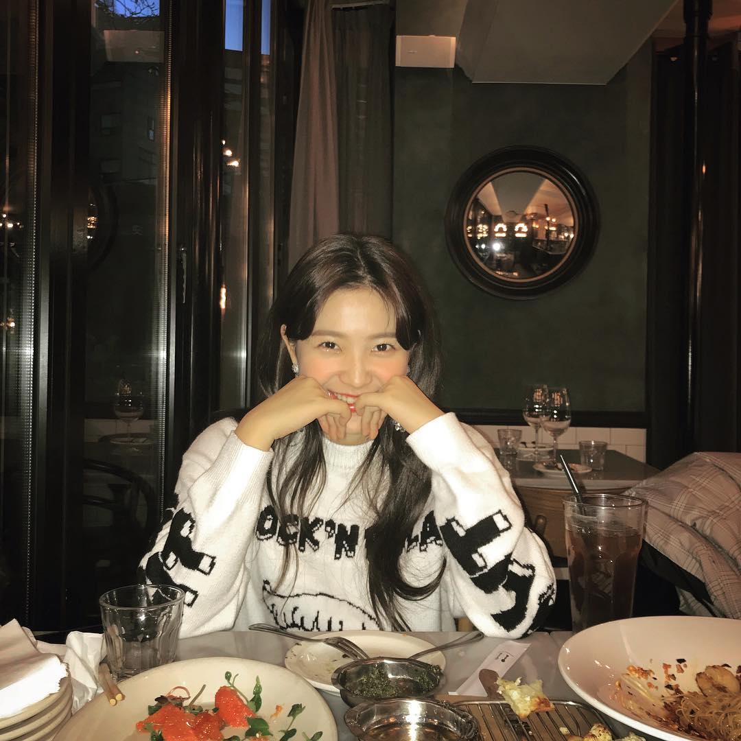 Yeri也在Red Velvet的IG上傳一張照片並寫著:「彩瑛幫我拍的」 真的是隔著螢幕都可以感受到彩瑛跟Yeri的好感情阿!