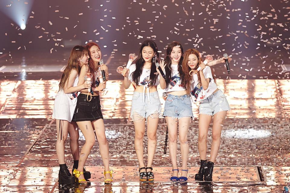 Red Velvet在今年可以說是豐收年,不僅《Peek-A-Boo》、《Red Flavor》MV相繼破億觀看人次,10月時參加《2018 大眾文化藝術賞》還獲得韓國文化體育觀光部表彰,也是該屆頒獎典禮中唯一獲獎的女子團體阿!
