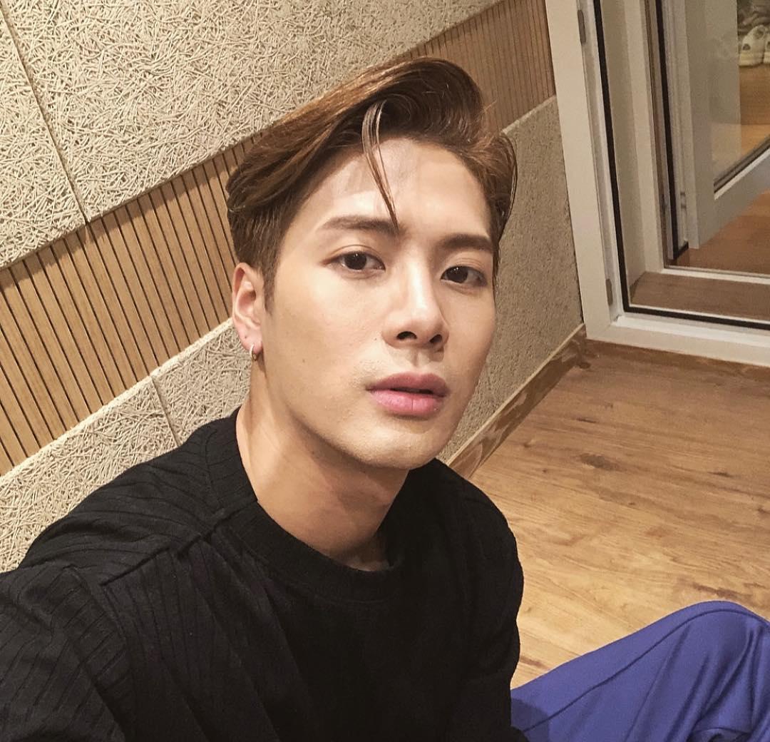 NO.9 #GOT7 Jackson 追蹤人數:11.6m  Jackson曾經是香港的劍擊代表隊,因為對音樂懷有夢想,最後選擇放棄倫敦奧運和進入知名大學的機會,2014年從JYP男團GOT7出道,是第一位在韓國出道的香港人,去年更在中國成立個人工作室,粉絲稱他是「不管當偶像或是綜藝咖都能受到大眾喜愛的藝人」