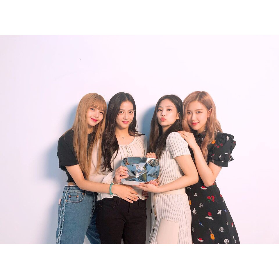 NO.7 #BLACKPINK 追蹤人數:13.2m  YG在2016年推出由4位女生Jisoo、Jennie、Rose和Lisa組成的女團,在還沒出道前已經在師兄團BIGBANG和其他旗下歌手的MV裡出現,今年成員Jennie已經出了首張solo,社長楊賢碩也宣布後續每位成員都會推出個人作品,令許多粉絲期待。