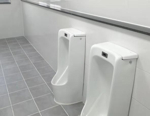 最近韓國網路上流傳了一些讓人難以理解的男廁照,就像上圖所示,原本可以裝5個小便斗的地方,現在只有2個?!這是什麼神秘的空間利用方式呢?在寸土寸金的韓國,到底是爲什麽把廁所建成這樣勒?其實是因為韓國的「法律」