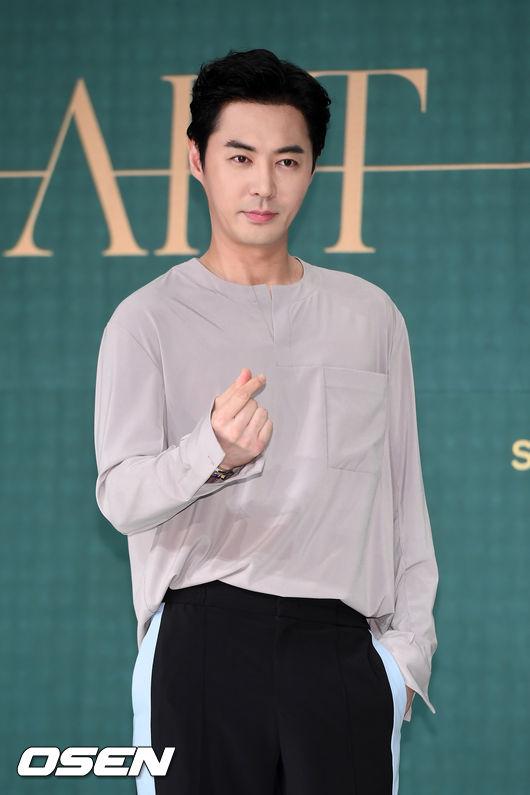 而神話的JunJin可說是在韓國演藝圈出了名的酒徒,讓酒量好的成始璄都舉雙手雙腳投降。